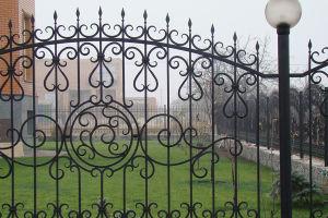 Кованые заборы для частного дома – роскошное окружение территории