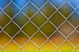 Сетчатые ограждения (сетка-рабица) — любимый выбор дачников