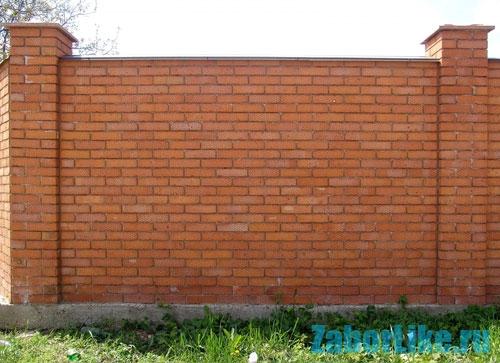Кирпичный забор на дачном участке