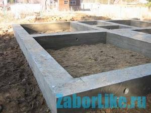 Ленточный бетонный фундамент для забора