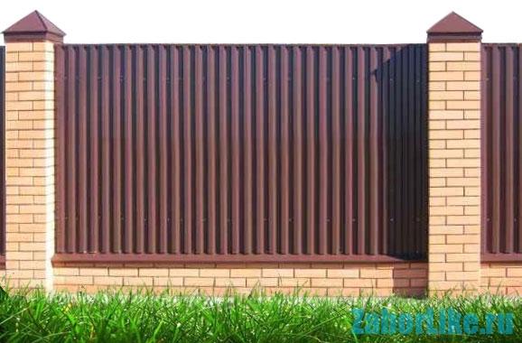 Забор из профнастила на дачном участке