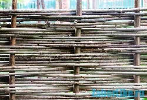 Плетеный забор из камыша